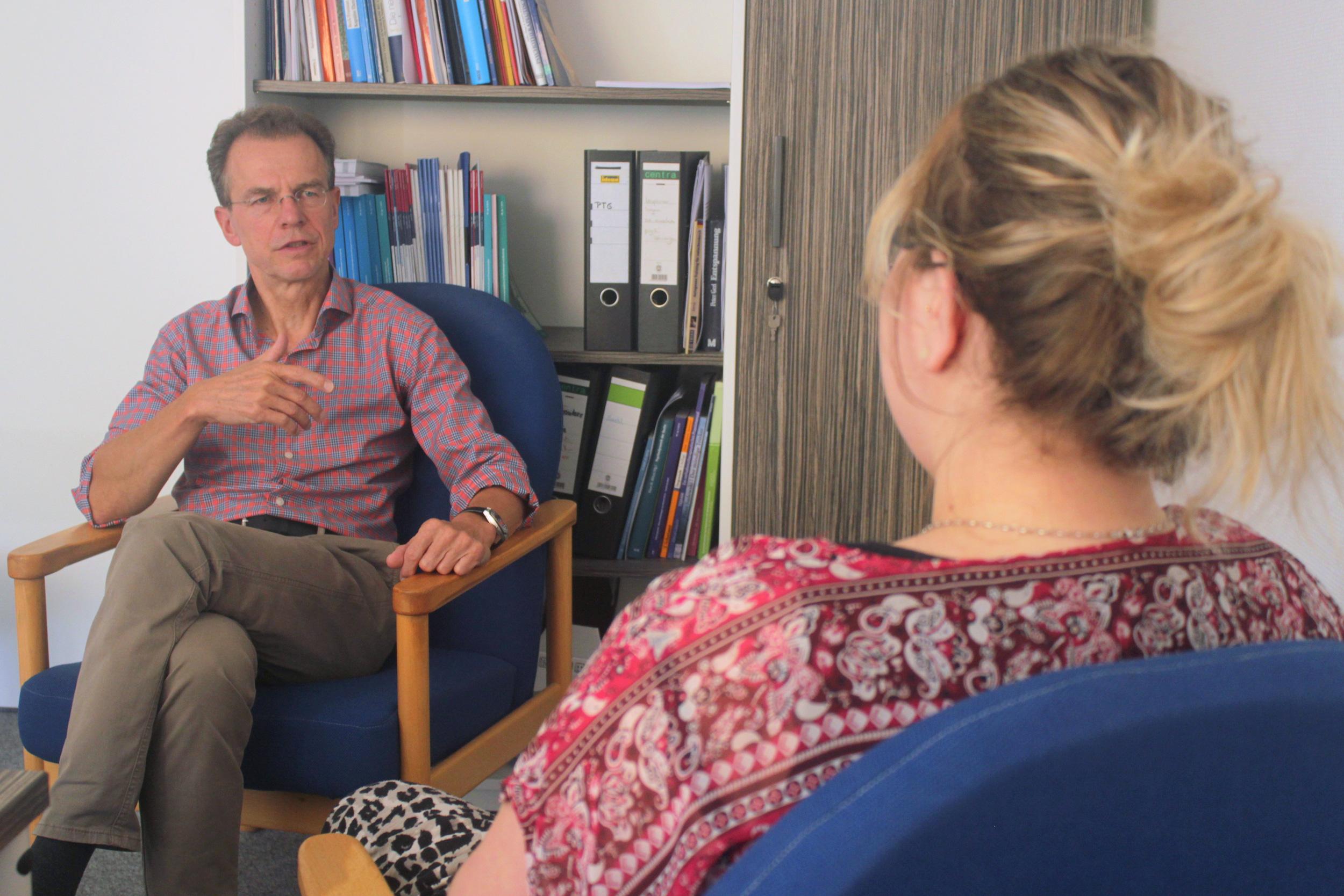 Theresa Lange im Gespräch mit dem Psycotherapeuten Michael Sauerland. Foto: Jessica Hanack