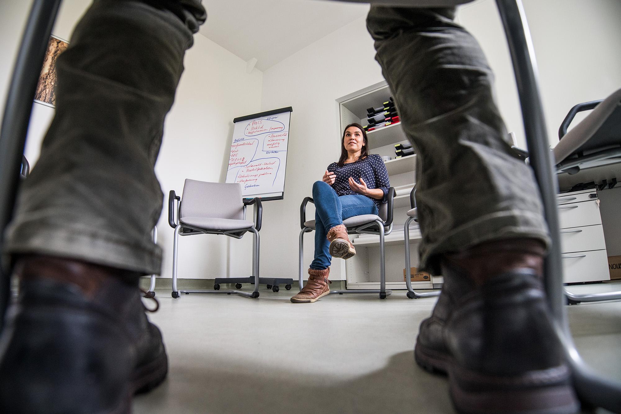 Claudia Bitzmann sitzt im Therapieraum der Leipziger Uniklinik und unterhält sich.