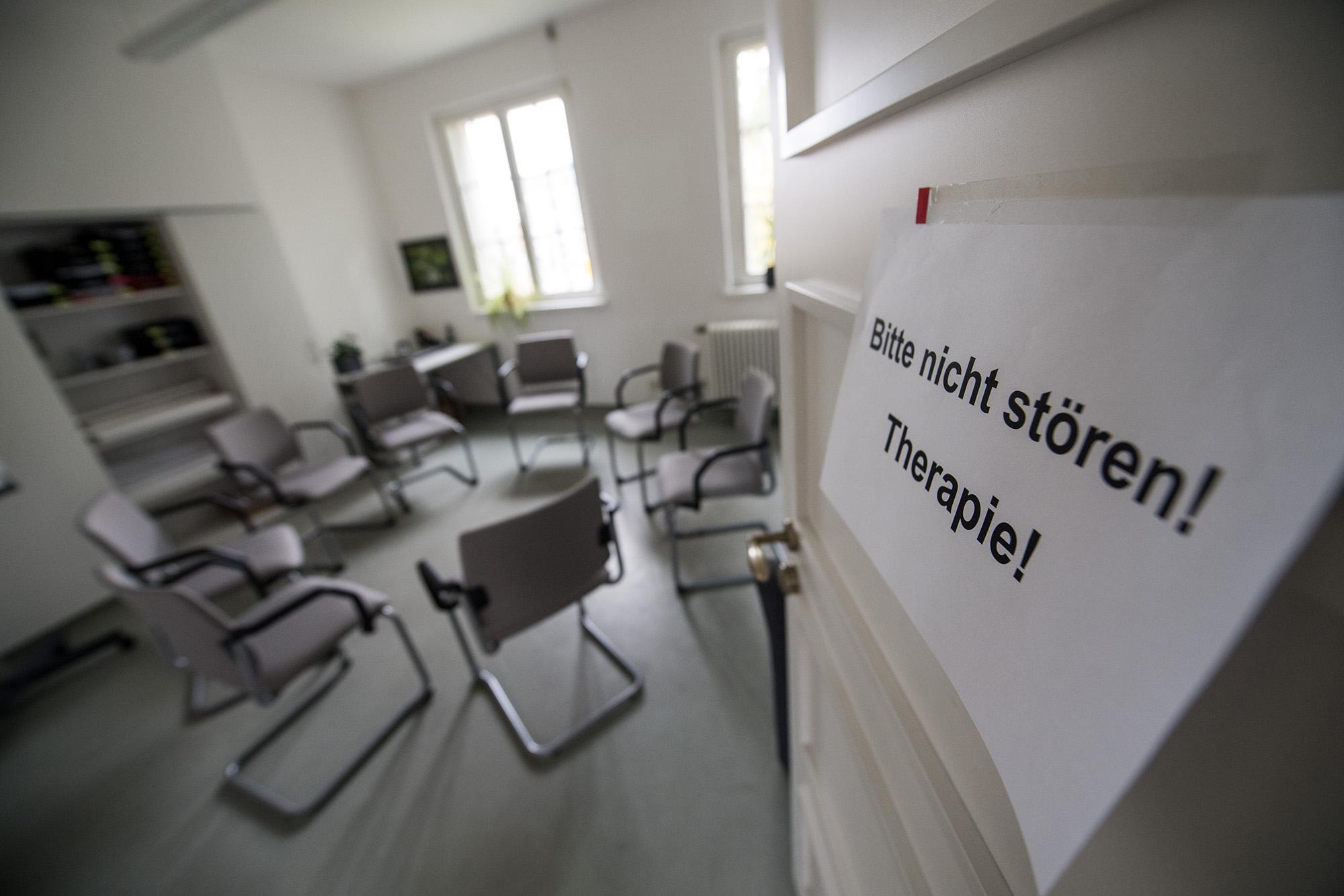 Der Therapieraum ist versteckt und karg ausgestattet. Hier gibt es regelmäßig Gruppensitzungen.